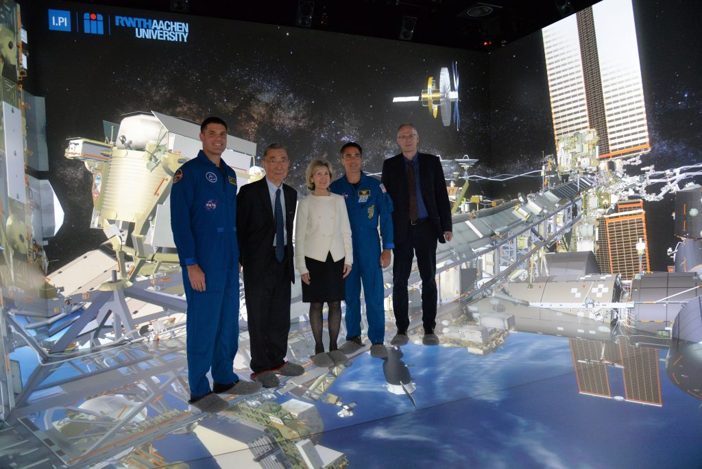 NASA-Astronauten in der aixCAVE, IT Center RWTH Aachen