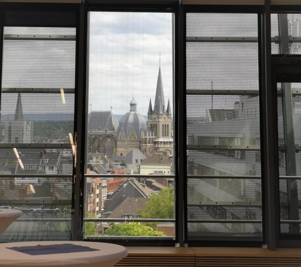 """Der Aachener Dom aus dem Fenster des Super C der RWTH Aachen am Tag der Ergebnisverkündung """"Exzellenzuniversität""""."""