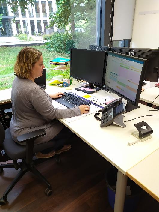 Aliki Charalabidou an ihrem Arbeitsplatz im IT Center der RWTH Aachen.