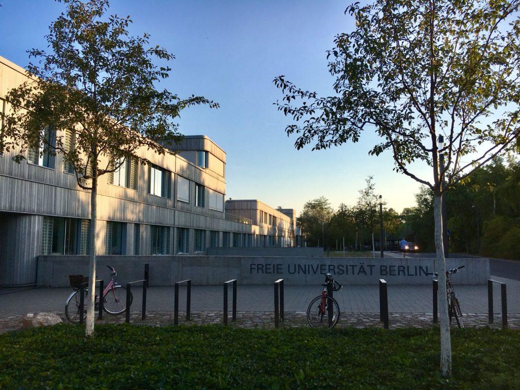 Foto: Jonas Fischer. Freie Universität Berlin in der Dämmerung.