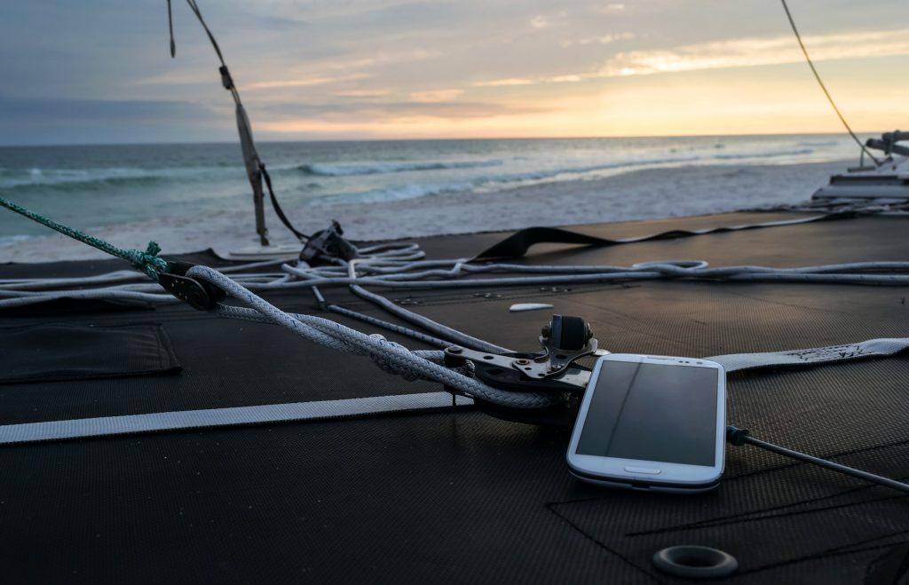 Das Handy mit am Strand? Kann man machen, muss man aber nicht. In und um die RWTH-Gebäude empfangen Sie sowieso eduroam. Am Strand-Tag empfehlen wir eine Extraportion Sonne. (Foto: Pixabay)