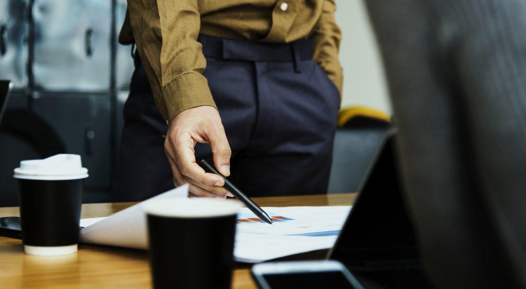 Einen Tag mal auf der anderen Seite des Schreibtisches sitzen: Möchten Sie auch mal die Position tauschen? (Foto: rawpixel vial pixabay.de)