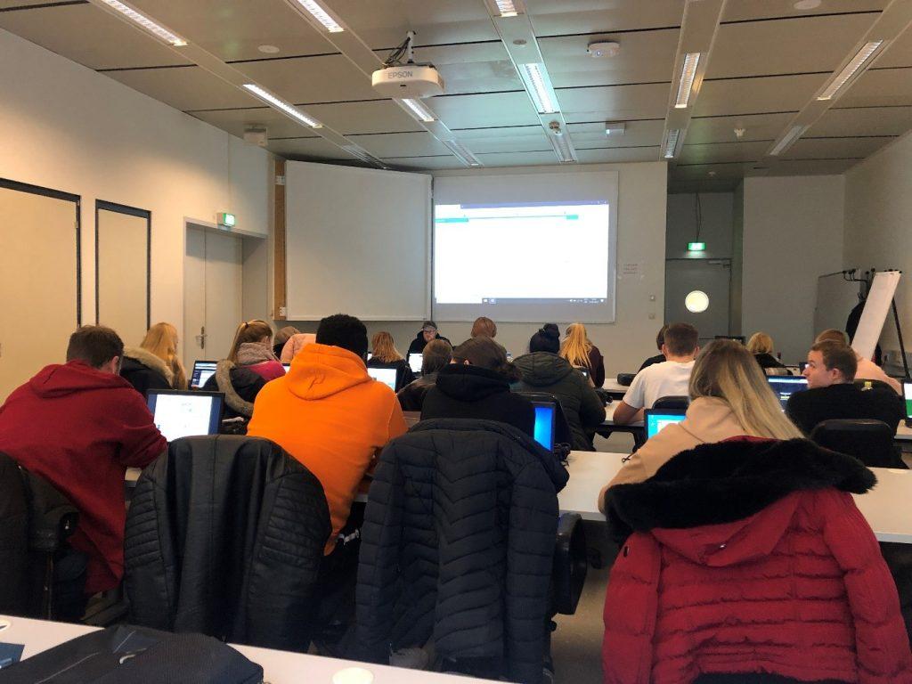 Interaktiv: RWTH-Auszubildende lösen das About IT Modul-Quiz im IT Center.