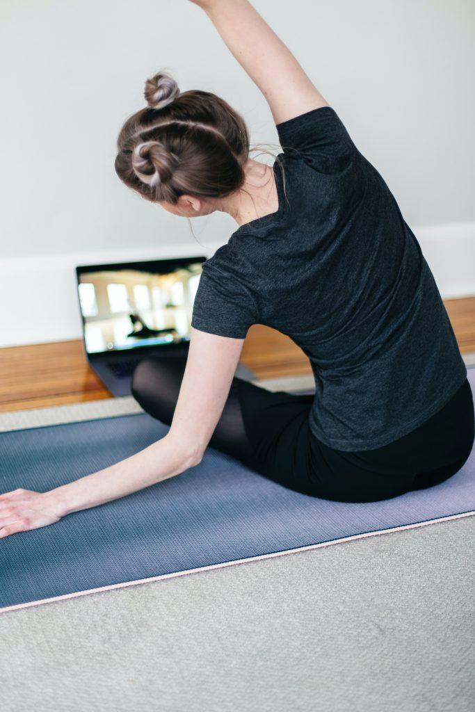 Ganz gleich, ob auf dem Boden oder am Schreibtisch - Dehnen, Lockern und Bewegung sind auch im HomeOffice wichtig.