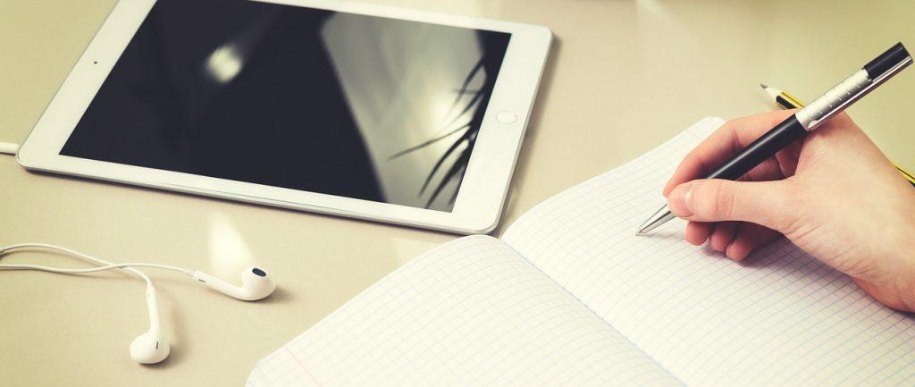 Foto eines Heftes und eine Tablets