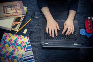 Studierende/r am Laptop