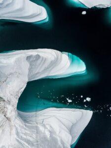 Eisberg von oben. Unter der Oberfläche liegt der Großteil des Eisberges verborgen.