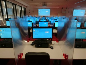 Raum mit vielen Bildschirmen