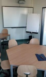 POL-Raum mit Flipchart und interactive whiteboard