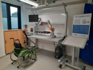 Inklusionsarbeitsplatz (Tisch) Arbeitsplatz für Menschen im Rollstuhl, die bei der Arbeit von einem Roboter unterstützt werden.