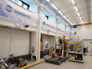 Foto des Banners mit dem Institutsnamen innerhalb des Technikums