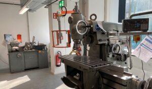 Foto der Werkstatt / der Fräsmaschinen des IGMR