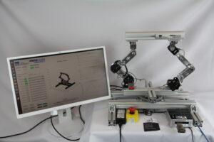 links Monitor mit Steuerung und Visualisierung, rechts ReConBot Roboter