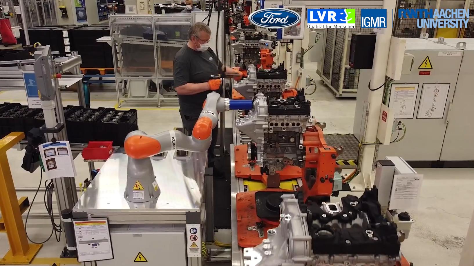 Mitarbeiter und kollaborierende Roboter in der Produktion bei Ford
