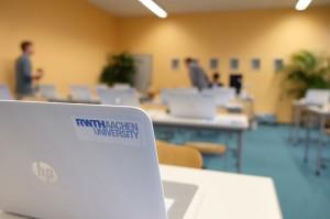 """Im mobilen Computerlabor der RWTH Aachen können bei """"SAM on Tour"""" Schülerinnen und Schüler SelfAssessments im gewohnten Umfeld ihrer Schule und unter Betreuung absolvieren. Foto: Theilmann"""